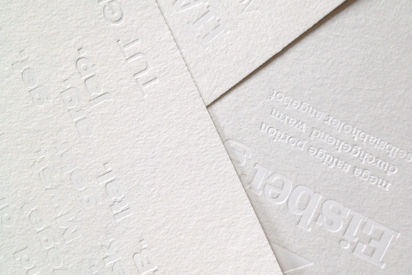 weiß auf weiß Postkarten Heissfolienprägung Typografie Formfleischvorderschinken